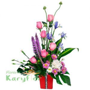Arreglo floral elaborado con rosas