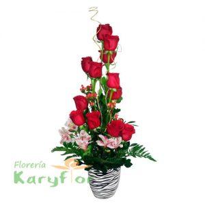 Arreglo floral elaborado con 12 rosas