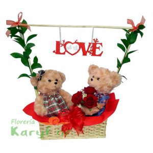 Pareja de peluches en canasta de minbre, el osito lleva un ramo de 3 rosas, incluye la frase LOVE (variedad de modelos) y tarjeta dedicatoria. Pueden adicionarles chocolates y peluches ingresando a la opción REGALOS en la parte superior de la Pág. web