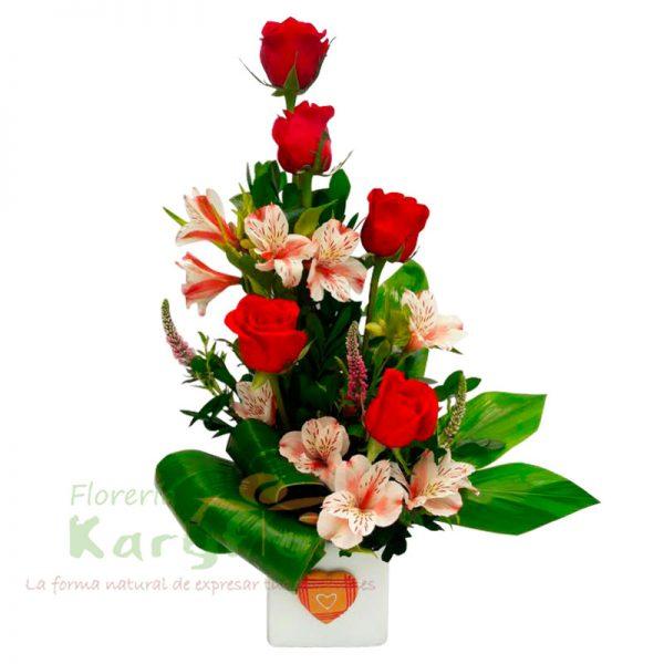 Arreglo floral elaborado en base de cerámica con 5 rosas, astromelias y fino follaje. Pueden adicionarles chocolates y peluches ingresando a la opción REGALOS en la parte superior de la Pág. web