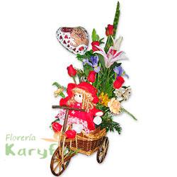Lindo arreglo floral elaborado en carreta de mimbre tejida con 6 rosas importadas, lilium perfumado, claveles importados, fino follaje. Contiene muñeca a cuerda ( peluche variado ), globo metálico Nº 9, tarjeta de dedicatoria. Pueden adicionarles chocolates y peluches ingresando a la opción REGALOS en la parte superior de la Pág. web