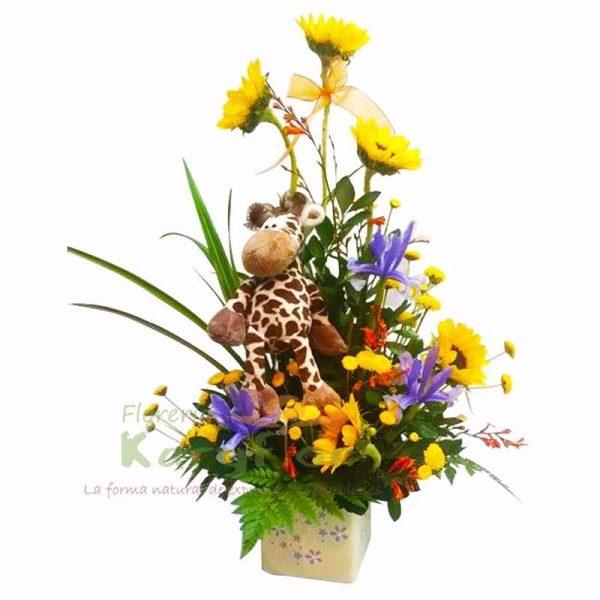 Arreglo floral elaborado con girasoles y variedad de flores en base de cerámica decorada, incluye peluche (modelo sujeto a stock) y tarjeta de dedicatoria.