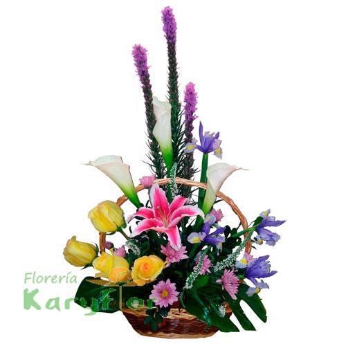 Arreglo floral elaborado en canasta de minbre, con 6 rosas, calas blancas, liates, iris, variedad de flores y fino follaje, incluye tarjeta dedicatoria. Pueden adicionarles chocolates y peluches ingresando a la opción REGALOS en la parte superior de la Pág. web