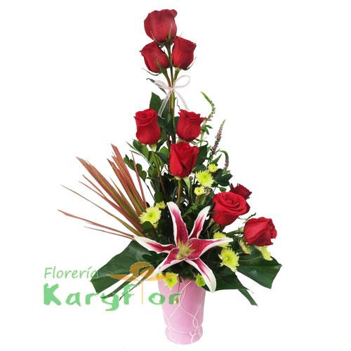 Arreglo Floral elaborado en cerámica decorada con 9 rosas, lilium, verónicas, flores variadas y fino follaje, incluye tarjeta dedicatoria. Pueden adicionarles chocolates y peluches ingresando a la opción REGALOS en la parte superior de la Pág. Web
