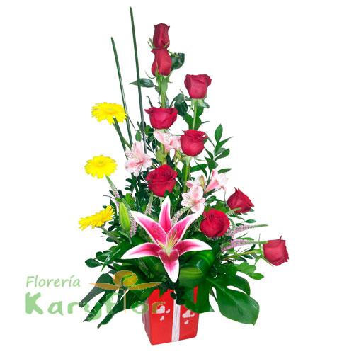 Arreglo floral elaborado con 9 rosas, gerberas, lilium y variedad de flores en base de cerámica decorada, incluye y tarjeta de dedicatoria. Pueden adicionar Chocolates y más, ingresando a la opción REGALOS en la parte superior de la Pág. web.