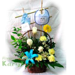 Arreglo floral compuesto por rosas importadas, claveles, lilium, fino follaje en canasta de minbre o florero de cerámica con decoración de bebe. Incluye baberito, medias y tarjeta de dedicatoria.