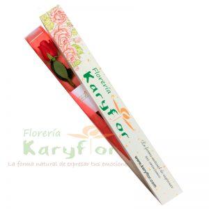 Caja con aplicaciones en yute de flores , contiene 1 rosa importada, Incluye tarjeta de dedicatoria, bolsita de preservante.