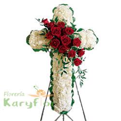 Elaborado con pompos blancos y rosas importadas, en el centro lleva fino follaje, con parantes de fierro en forma de tripode, incluye tarjeta dedicatoria impresa