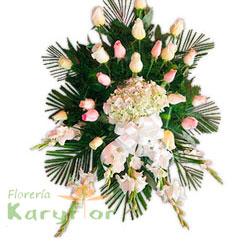 Manto de rosas importadas, galdiolos y hortencia, fino follaje y variedad de flores en tripode de fierro . Incluye tarjeta impresa de condolencia Se puede elaborar en distintos colores de rosa previa coordinacion.
