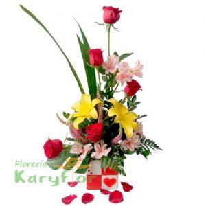Arreglo floral elaborado con 5 rosas, lilium, variedad de flores e incluye tarjeta dedicatoria. Pueden agregar adicionales, chocolates, globos y peluches ingresando a la opción de regalos.