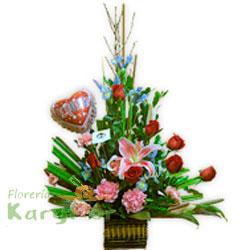 Arreglo floral con rosas importadas, lilium perfumado, variedad de flores, fino follaje. Contiene globo metálico Nº 9 con variedad de frases. Tarjeta de dedicatoria Pueden adicionarles chocolates ingresando a opcion REGALOS en la parte superior de la Pag. web