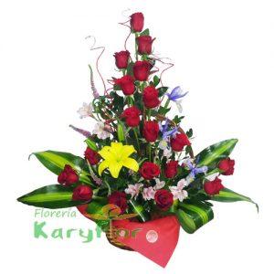 Arreglo floral elaborado en canasta de minbre, viene con 24 rosas importadas, lilium, iris, astromelia y fino follaje, incluye tarjeta de dedicatoria. Pueden adicionarles chocolates ingresando a opcion REGALOS en la parte superior de la Pag. web