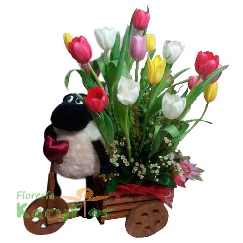 Triciclo de madera con 20 tulipanes y peluche ovejita(Consultar Stock del peluche) , incluye tarjeta de dedicatoria Pueden adicionarles chocolates ingresando a opción REGALOS en la parte superior de la Pag. web