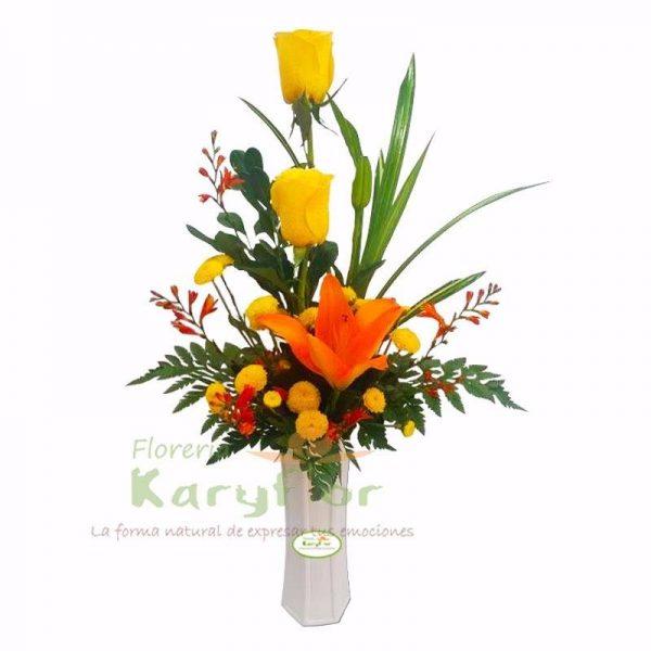 Arreglo floral en base de cerâmica, elaborado con 2 rosas, variedad de flores y fino follaje. Incluye tarjeta de dedicatoria. Pueden adicionar Chocolates y más, ingresando a la opción REGALOS en la parte superior de la Pág. web.