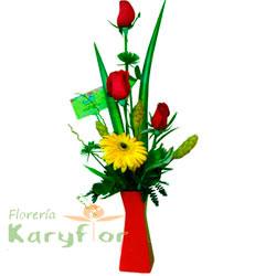 Arreglo floral en florero de cerámica roja, contiene 3 rosas importadas, margaritas , gerbera, fino follaje. Incluye tarjeta de dedicatoria.. Pueden adicionar Chocolates y más, ingresando a la opción REGALOS en la parte superior de la Pág. web.