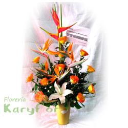 Arreglo floral elaborado con rosas, aves de paraiso, eliconia grande, lilium y variedad de flores en base de cerámica