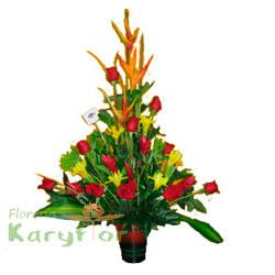 Arreglo floral elaborado con rosas, aves de paraiso, eliconia grande, lilium y variedad de flores en base de cerámica.