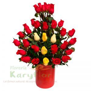 Arreglo floral con 40 rosas, colores a requerimiento del cliente. Pueden adicionarles chocolates ingresando a la opción