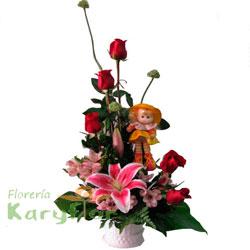 Arreglo floral elaborado con 5 rosas, lilium perfumado y fino follaje en base de cerámica blanca. Incluye peluche y tarjeta de dedicatoria