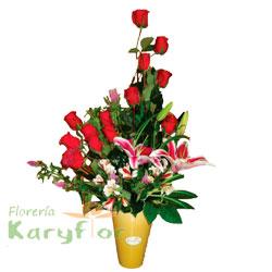 Arreglo floral elaborado con 15 rosas, lilium perfumado, variedad de flores y fino follaje en base de cerámica. Pueden adicionar Chocolates y más, ingresando a la opción REGALOS en la parte superior de la Pág. web