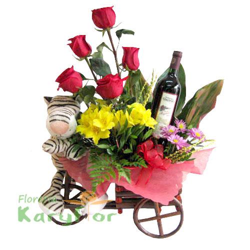 Triciclo de madera con rosas , peluche y vino. Incluye tarjeta de dedicatoria. Pueden agregar adicionales ingresando a opción REGALOS.