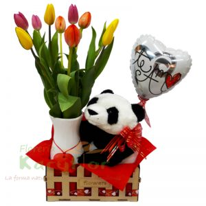 Florero de cerámica con collar de corazón y 10 tulipanes, incluye peluche, tarjeta dedicatoria y globo N°9 en una canastita de trupan. Pueden agregar chocolates y más ingresando a la Opción regalos.