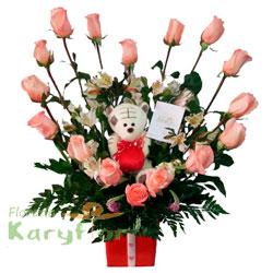 Arreglo floral elaborado con 16 rosas, astromelias y fino follaje en base de cerámica decorada. Incluye peluche (sujeto a stock) y tarjeta dedicatoria.