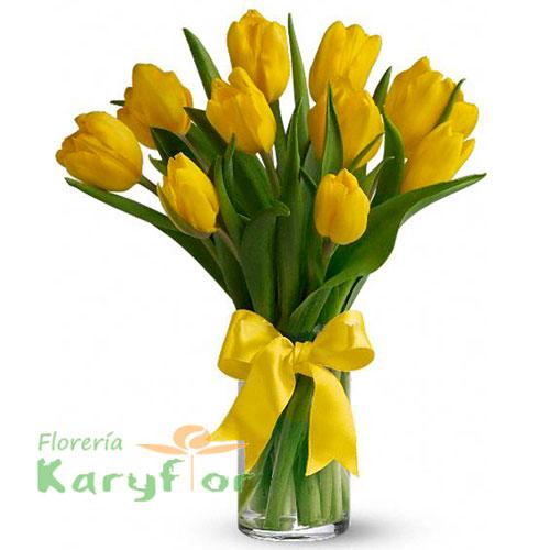 Florero de vidrio con 10 tulipanes, tenemos varios colores, consulte en tienda. Pueden adicionarles chocolates, peluches y más, ingresando a opcion REGALOS