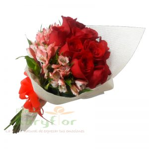 Hermoso ramo de 12 rosas acompañado de astromelia, envueltas en yute natural y elegante lazo en organza, incluye tarjeta para dedicatoria.