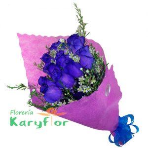 Ramo de 12 rosas Azules+ flores variadas en tela importada y lazo en cinta organza..Consulte stock y restricciones. Pueden adicionar peluches, chocolates y más ingresando a opcion REGALOS en la parte superior de la Pag. web