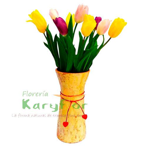 Arreglo en base cerámica graquelado con 10 tulipanes de colores variados, lazo rojo. y dedicatoria. Pueden adicionar peluches y más, ingresando a la opción REGALOS en la parte superior de la Pág. web.