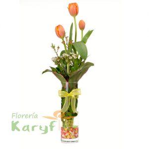 Florero de vidrio con 3 tulipanes, tenemos varios colores, consulte en tienda. Pueden adicionar Chocolates y más, ingresando a la opción REGALOS en la parte superior de la Pág. web.