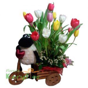 Triciclo de madera con 20 tulipanes y peluche ovejita(Consultar Stock del peluche) , incluye tarjeta de dedicatoria Pueden adicionarles chocolates ingresando a opcion REGALOS en la parte superior de la Pag. web
