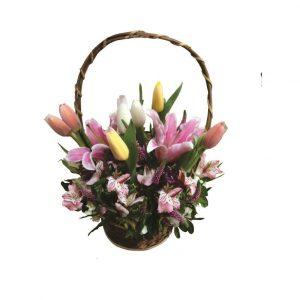 Canasta con 7 tulipanes, liliums, variedad de flores y fino follaje, incluye tarjeta de dedicatoria. Pueden adicionarles chocolates ingresando a opcion REGALOS en la parte superior de la Pag. web.